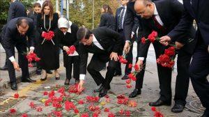 گل میخک برای قربانیان تروریسم در آنکارا