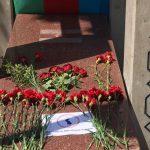 اهدای شاخه گل بر مزار رهبر فقید و بانی استقلال آزربایجان شمالی