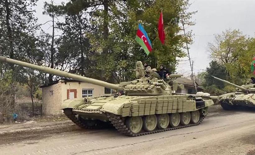 ارتش آزربایجان با پرچمهای آزربایجان و ترکیه وارد آغدام شد
